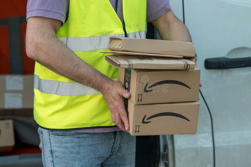 Homem de entrega das Amazonas no trabalho imagens de stock