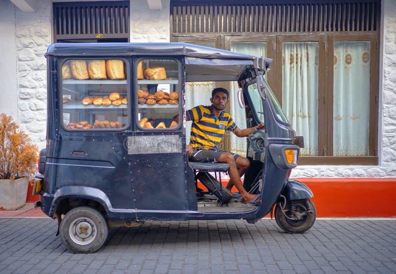 Homem de entrega do pão foto de stock royalty free