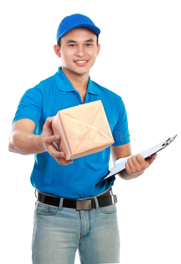 Homem de entrega no uniforme azul fotografia de stock