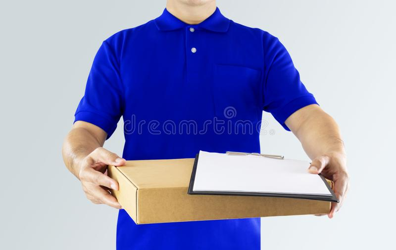 Homem de entrega no uniforme azul e em guardar wi vazios da placa de grampeamento foto de stock
