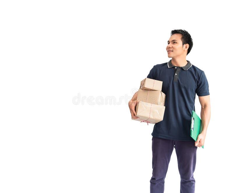 Homem de entrega novo alegre que guarda o empilhamento de caixas de cartão, pacote, ao estar isolado no fundo branco Crie o neg imagens de stock