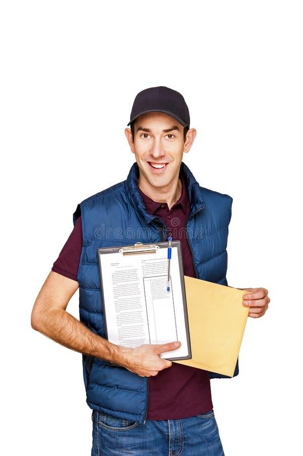 Homem de entrega que mantém a letra isolada sobre o branco fotografia de stock