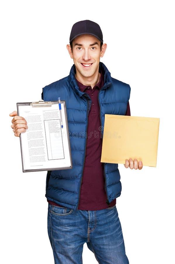 Homem de entrega que mantém a letra isolada sobre o fundo branco imagem de stock