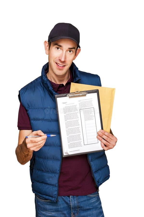 Homem de entrega que mantém a letra isolada sobre o fundo branco foto de stock royalty free