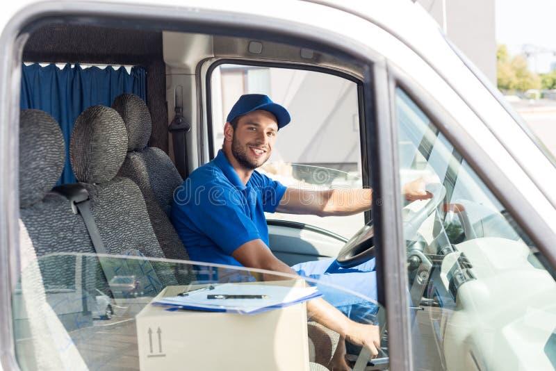 Homem de entrega que senta-se no carro foto de stock royalty free