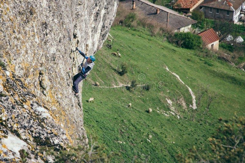 Homem de escalada em uma rocha fotos de stock royalty free