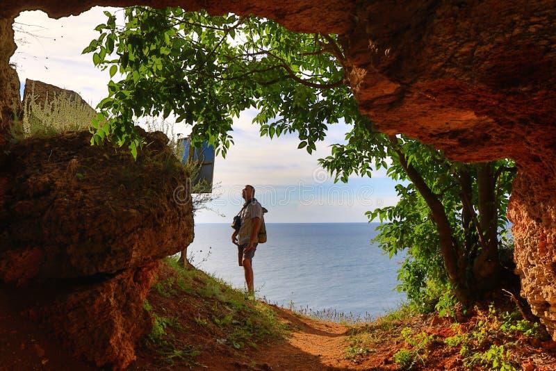 Homem de exploração Bulgária da caverna da costa de mar fotos de stock royalty free