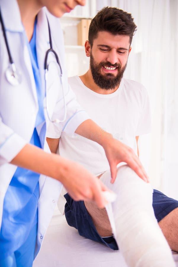 Homem de ferimento no doutor imagem de stock royalty free