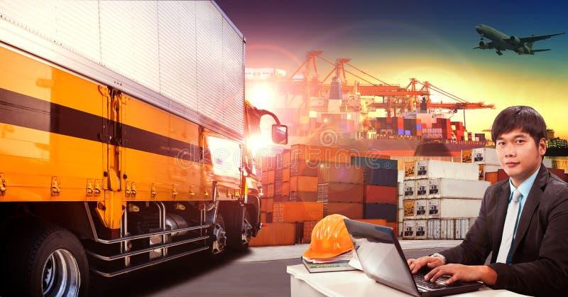 Homem de funcionamento e caminhão do recipiente no porto de transporte, doca do recipiente imagem de stock royalty free
