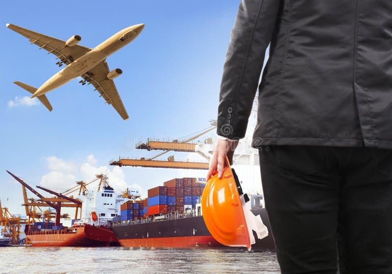 Homem de funcionamento e navio comercial no flyi do plano do porto e de carga aérea fotos de stock