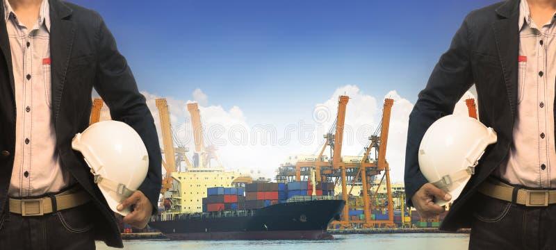Homem de funcionamento no uso da autoridade portuária para enviar, logístico, embarcação, imagens de stock royalty free