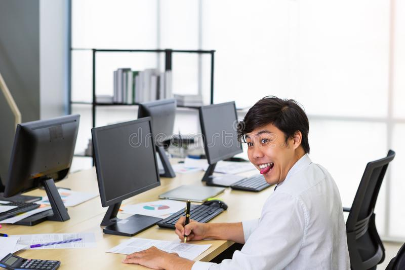 Homem de funcionamento que cola para fora a língua fotos de stock royalty free