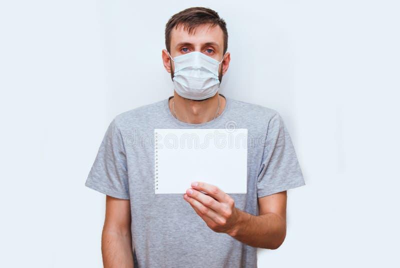 homem de fundo branco com máscara médica no rosto que protege contra coronavírus e outras doenças, se mantém em seu fotografia de stock royalty free
