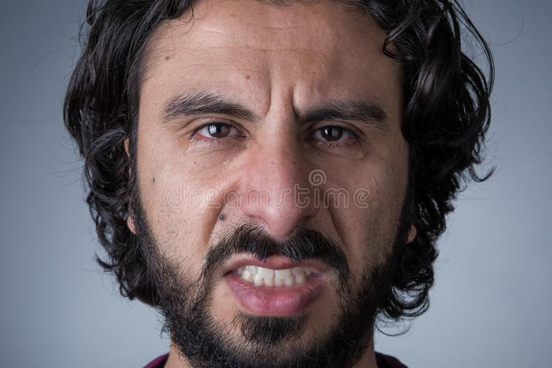 Homem de grito irritado com barba imagens de stock royalty free