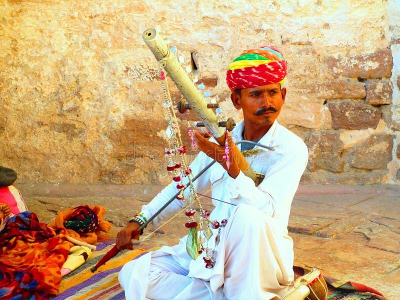 Homem De Lama De Manga Longa Branca Segurando Um Instrumento Musical imagem de stock royalty free