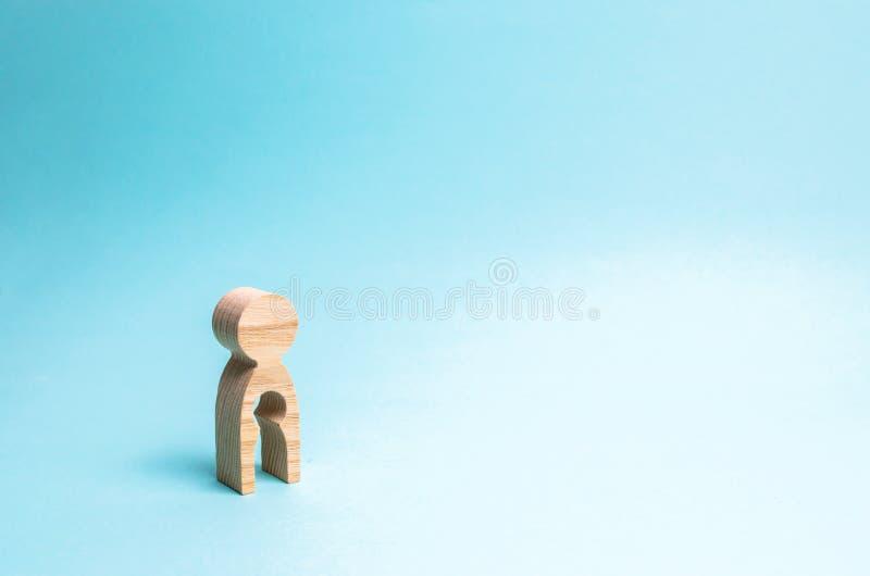 Homem de madeira com um vácuo no corpo sob a forma de uma criança conceito da infertilidade e das mulheres e a incapacidade ter c fotos de stock royalty free