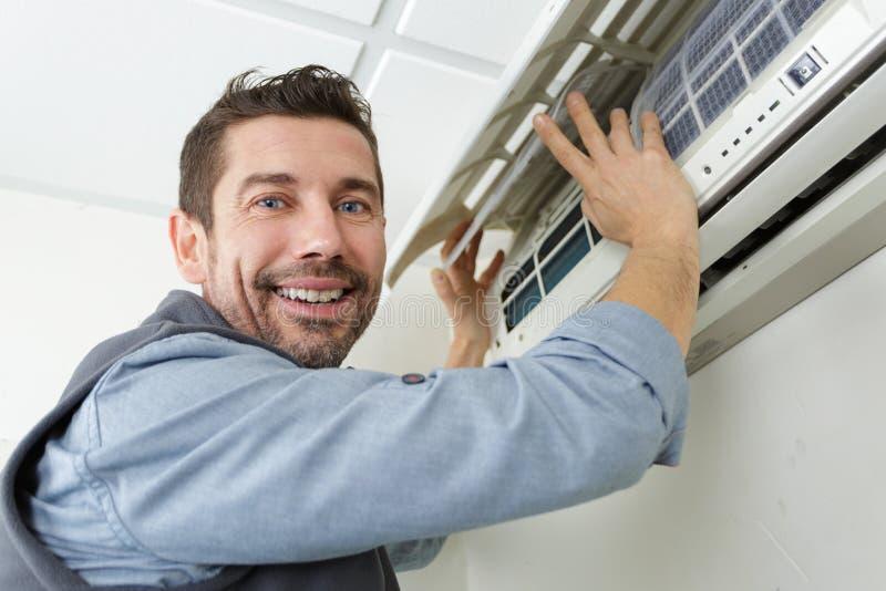 Homem de manutenção feliz do ar-engodo imagens de stock