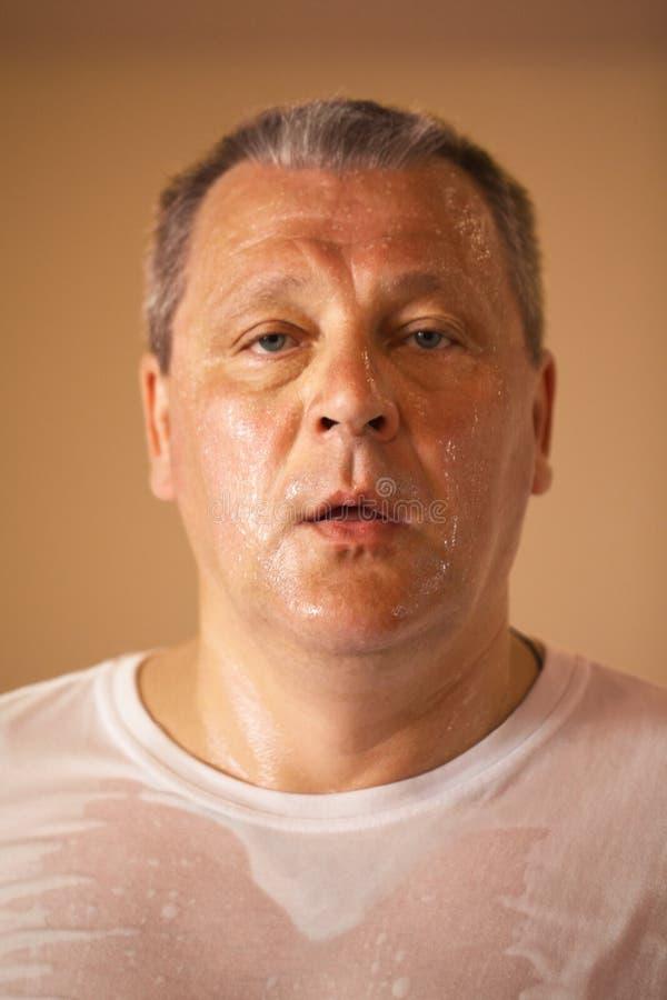 Homem de meia idade de vista cansado após um exercício fotografia de stock
