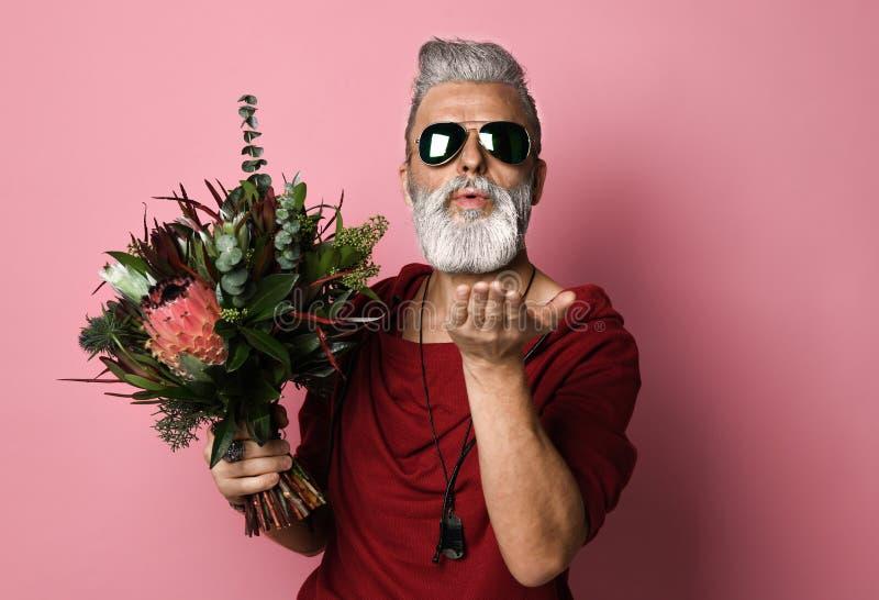 Homem de meia idade farpado com balões e flores imagens de stock