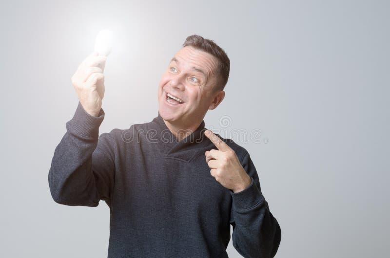 Homem de meia idade motivado que guarda uma ampola foto de stock royalty free