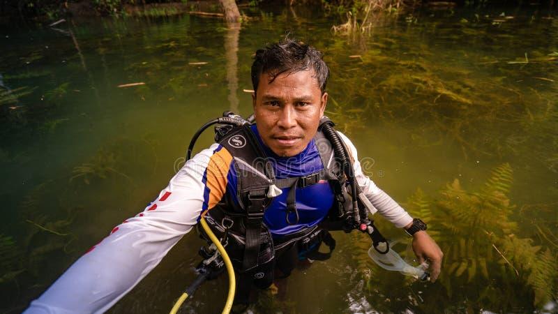 Homem de mergulho do salvamento foto de stock