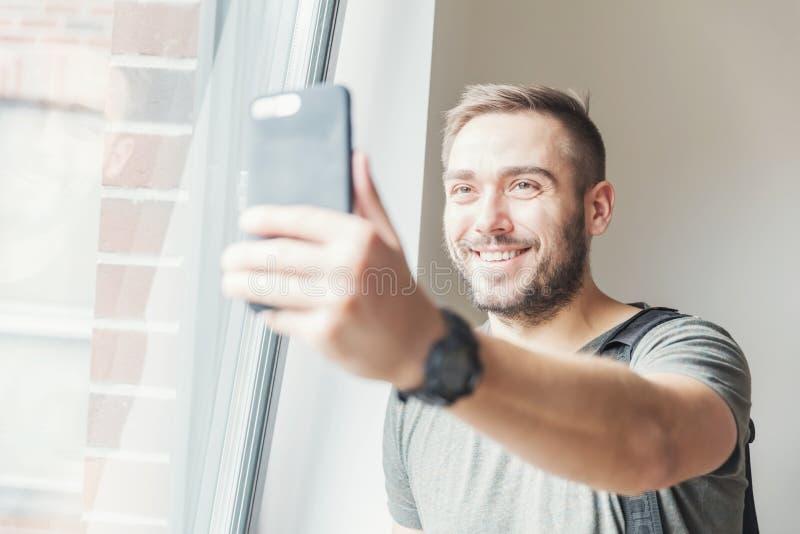 Homem de Millenial que toma um selfie imagem de stock royalty free
