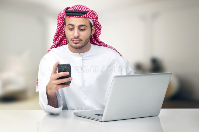 Homem de negócio árabe que usa o caderno no escritório imagem de stock royalty free