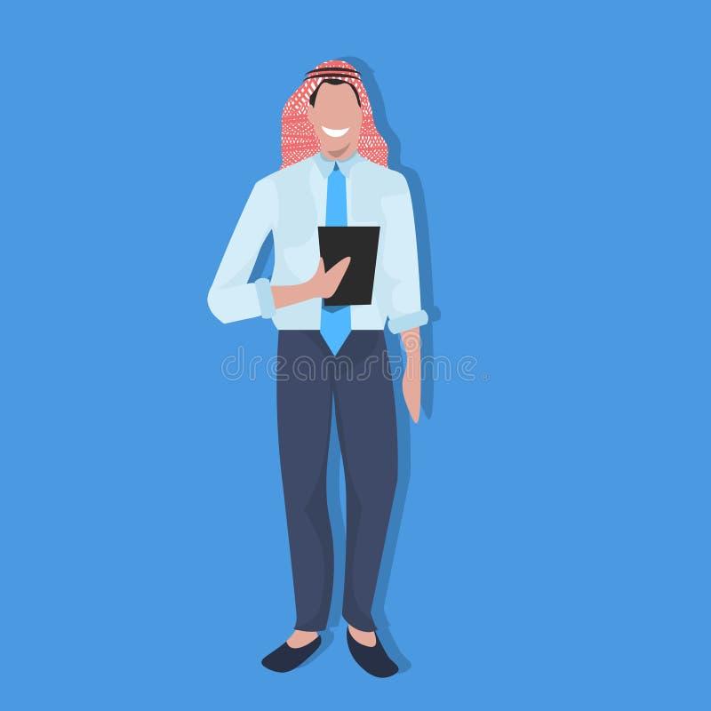 Homem de negócio árabe que usa a tabuleta que veste o homem de negócios móvel do árabe do conceito de uma comunicação do smartpho ilustração do vetor