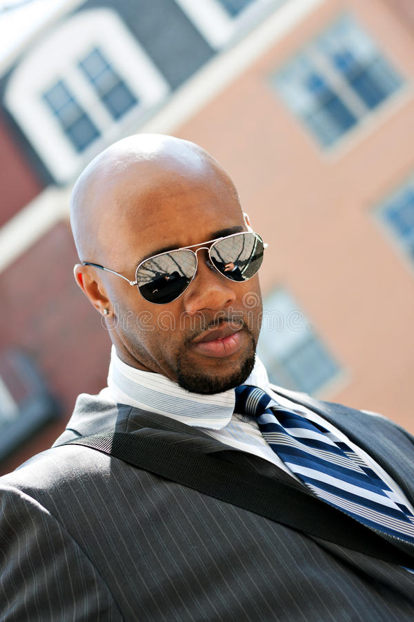 Homem de negócio afro-americano na cidade imagens de stock
