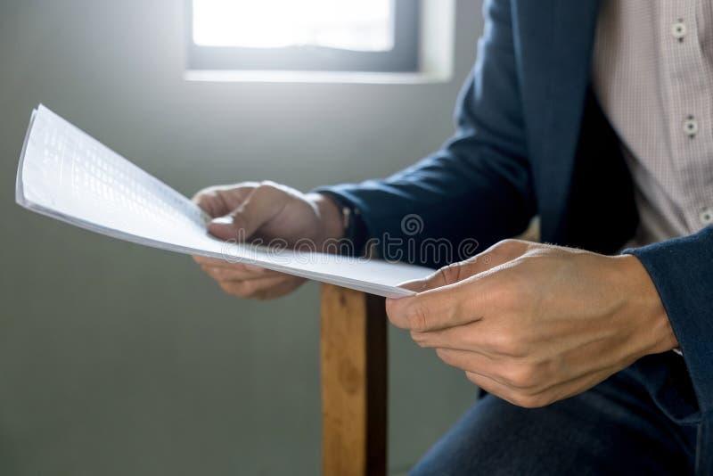 Homem de negócio ascendente próximo com análise do relatório, foco seletivo foto de stock royalty free