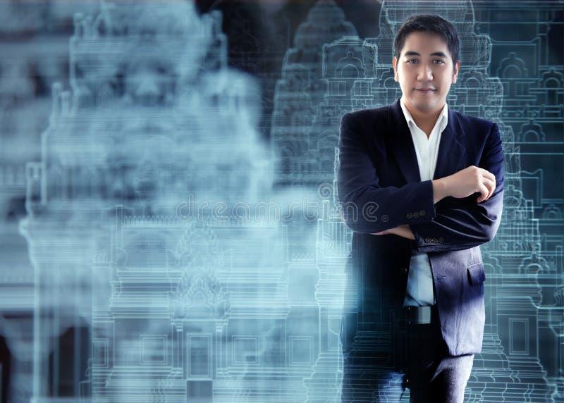 Homem de negócio asiático com holograma do projeto da arquitetura imagem de stock royalty free
