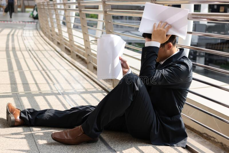Homem de negócio asiático novo forçado frustrante que sofre da depressão severa Desemprego e conceito da dispensa foto de stock