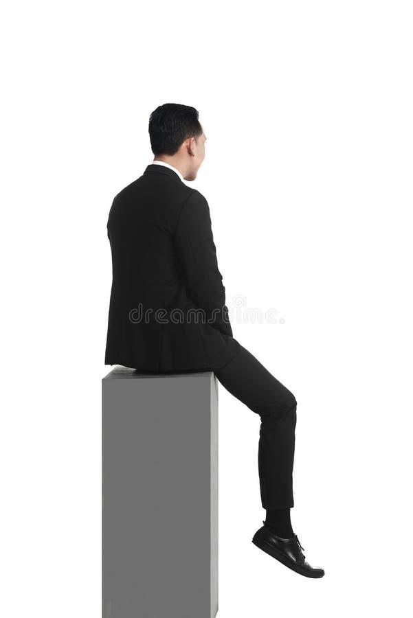 Homem de negócio asiático que sente o assento triste na caixa fotos de stock