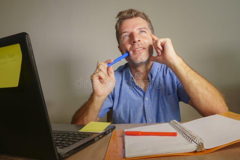 Homem de negócio atrativo e feliz novo que olham pensativo e pensativo e se sonhando acordado pensamento do visualizi bem sucedid fotos de stock royalty free