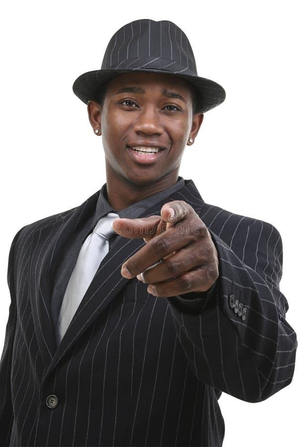 Homem de negócio atrativo em terno listrado do Pin & chapéu que apontam ao Ca foto de stock