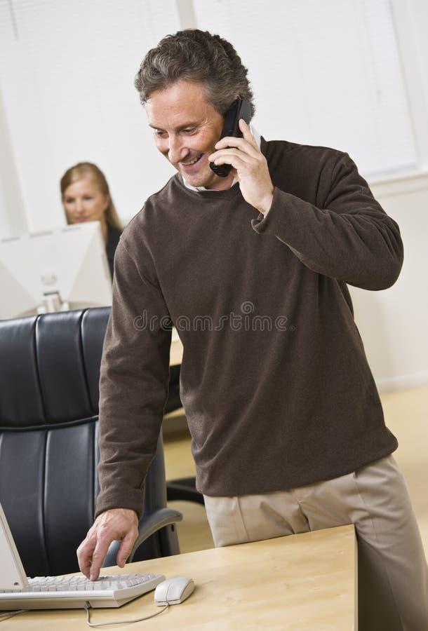 Homem de negócio atrativo no telefone. fotos de stock royalty free