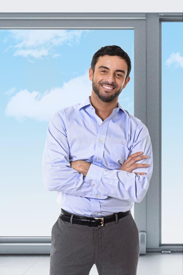 Homem de negócio atrativo novo que está no retrato incorporado foto de stock royalty free