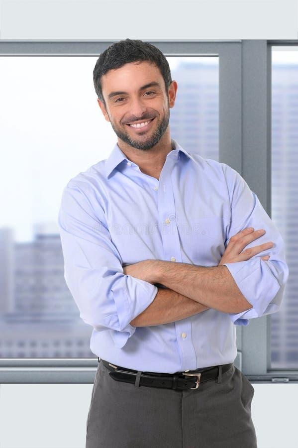 Homem de negócio atrativo novo que está no retrato incorporado imagens de stock