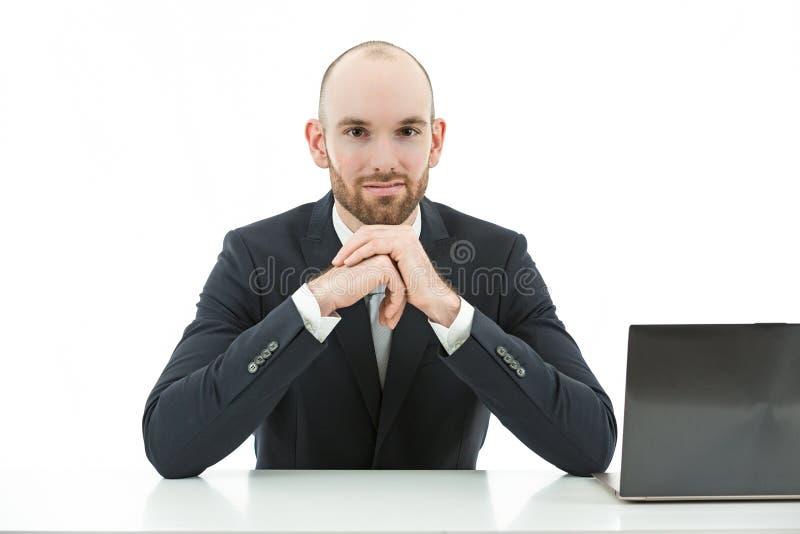 Homem de negócio caucasiano no escritório com seu computador fotografia de stock royalty free