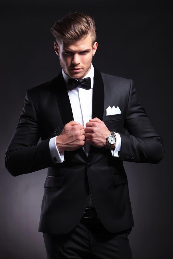 Homem de negócio com ambas as mãos no colar foto de stock royalty free