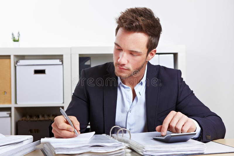 Homem de negócio com calculadora fotos de stock