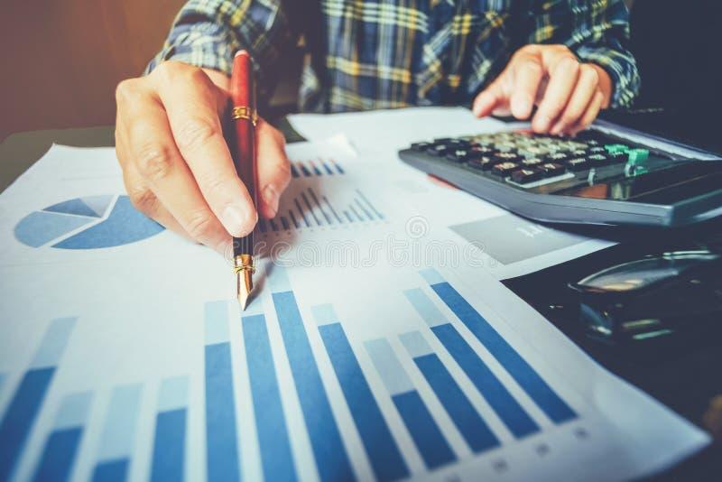 Homem de negócio com carta do relatório no escritório que planeia o negócio novo p imagens de stock