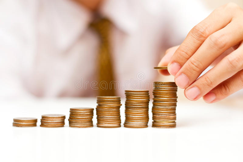 Homem de negócio com moedas de aumentação fotos de stock royalty free