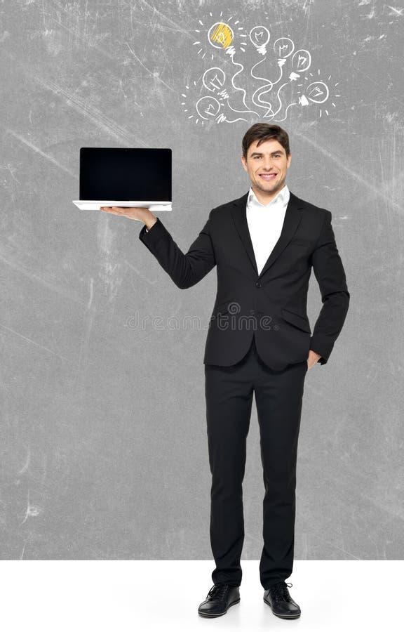 Homem de negócio com portátil e esboço da ampola imagens de stock royalty free