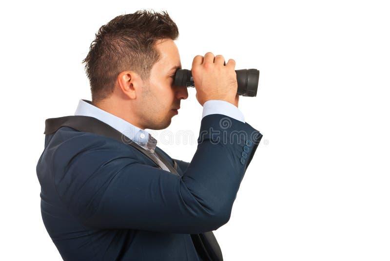 Homem de negócio com telescópio pequeno fotos de stock