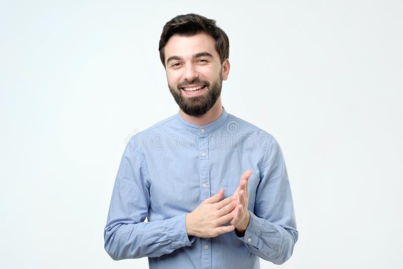 Homem de negócio considerável novo com cara feliz que sorri e que olha a câmera imagem de stock royalty free