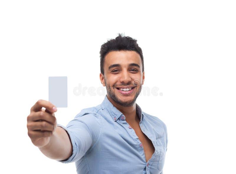 Homem de negócio considerável que indica o sorriso feliz do cartão vazio vazio fotografia de stock royalty free