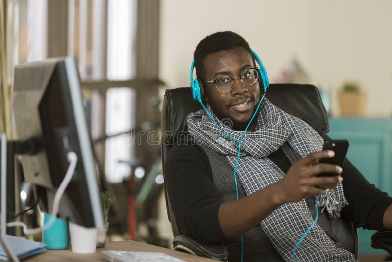 Homem de negócio criativo que escuta fones de ouvido imagens de stock royalty free