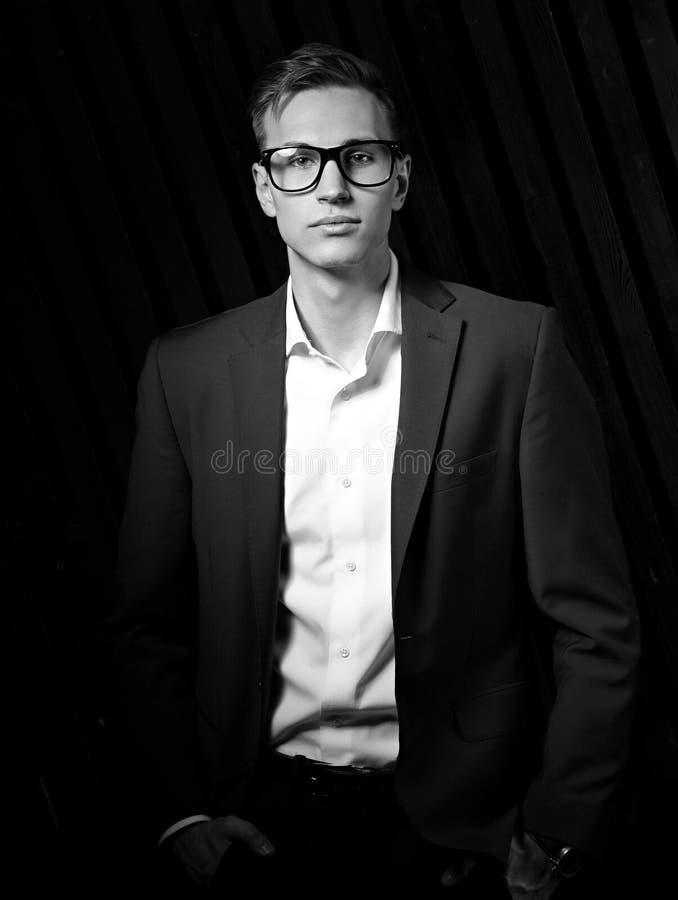 Homem de negócio da forma no terno que levanta em monóculos na moda no blac imagens de stock