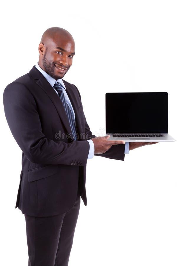 Homem de negócio de Amercian do africano que mostra uma tela do laptopn imagens de stock